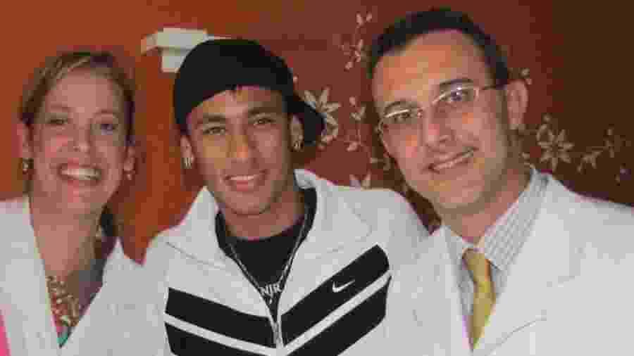 Dr. Herbert Kramer (d) com sua esposa, ao lado de Neymar no Hospital - Divulgação/Dr. Herbert Kramer