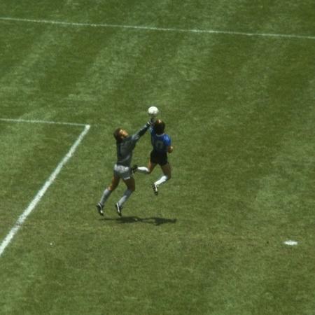"""Com a mão, Diego Maradona marca o gol que ficou conhecido como """"La Mano de Dios"""" - Allsport UK/Allsport"""