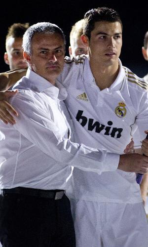 José Mourinho abraça Cristiano Ronaldo na comemoração do título espanhol da temporada 2011/2012