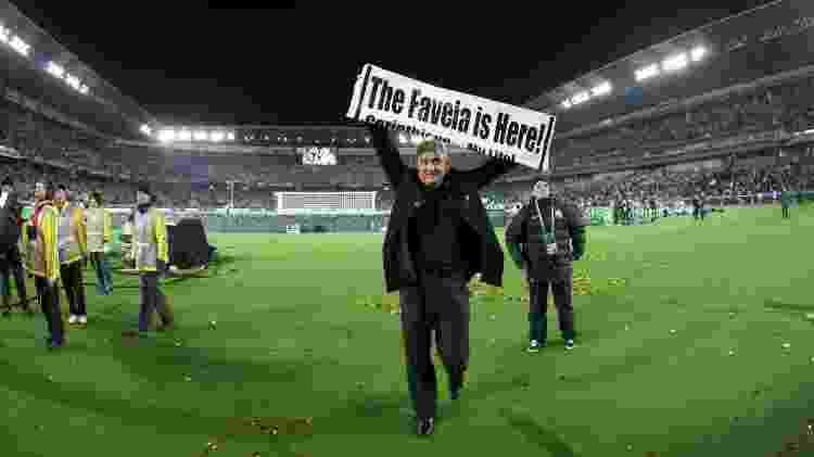 """16.dez.2012 - Tite abre faixa com a frase """"The Favela is Here"""" (A favela está aqui, em tradução livre) logo após o Corinthians conquistar o Mundial de Clubes com a vitória por 1 a 0 sobre o Chelsea - Ricardo Nogueira/Folhapress - Ricardo Nogueira/Folhapress"""