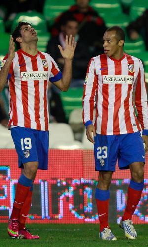 24.jan.2013 - Ao lado do zagueiro Miranda, brasileiro Diego Costa comemora gol do Atlético de Madri contra o Betis, pelas quartas de final da Copa do Rei