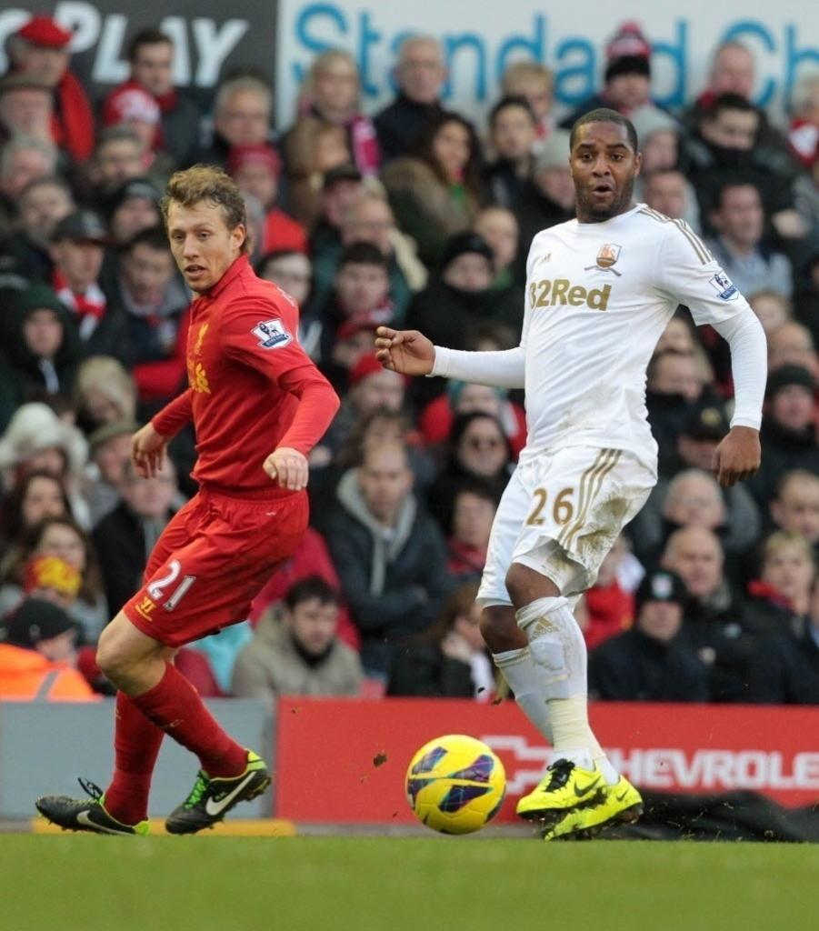 17.fev.2013 - Lucas Leiva (esq.), volante brasileiro do Liverpool, disputa o lance com Kemy Agustien, do Swansea, em partida do Campeonato Inglês