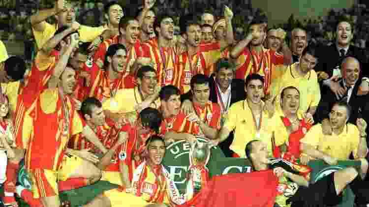 25.ago.2000 - Galatasaray celebra a conquista da Supercopa da Uefa de 2000, ao bater o Real Madrid por 2 a 1, dois gols de Jardel - Jamie McDonald/ALLSPORT/Getty Images - Jamie McDonald/ALLSPORT/Getty Images