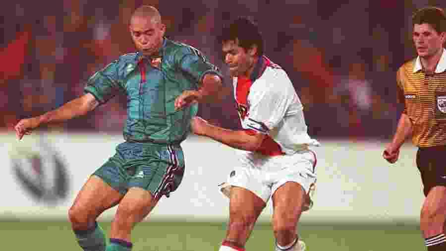 Ronaldo é marcado por Raí durante a final da Copa dos Campeões de Copas de 1996/97, no estádio do Feyenoord - Ruediger Fessel/Bongarts/Getty Images