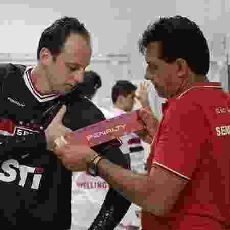 Rogério Ceni recebe a faixa das mãos de Haroldo Lamounier - Rubens Chiri/Site Oficial São Paulo