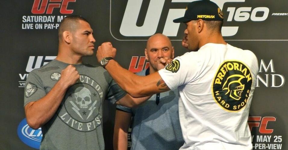 Cain Velasquez e Pezão se encaram depois da coletiva sobre a disputa de cinturão no UFC 160