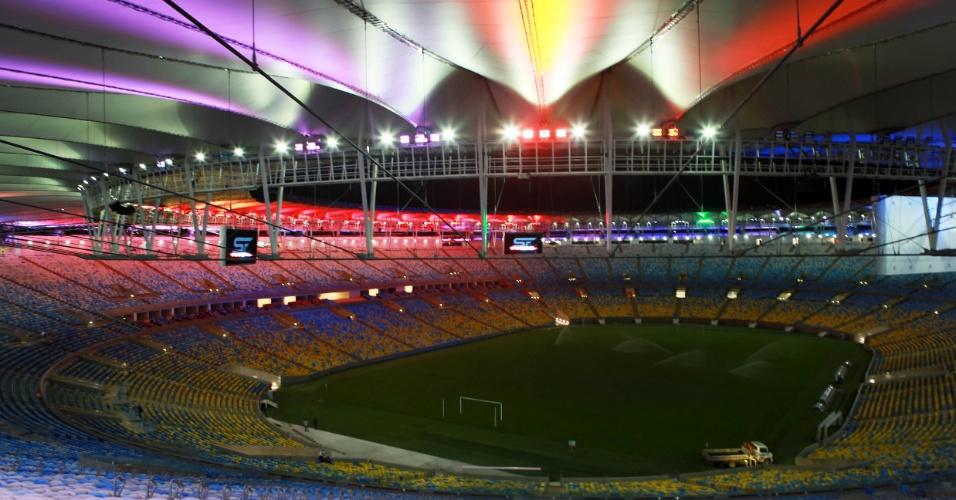 24/5/2013: Estádio do Maracanã recebe iluminação colorida que reflete na cobertura de tecido. Função é decorativa