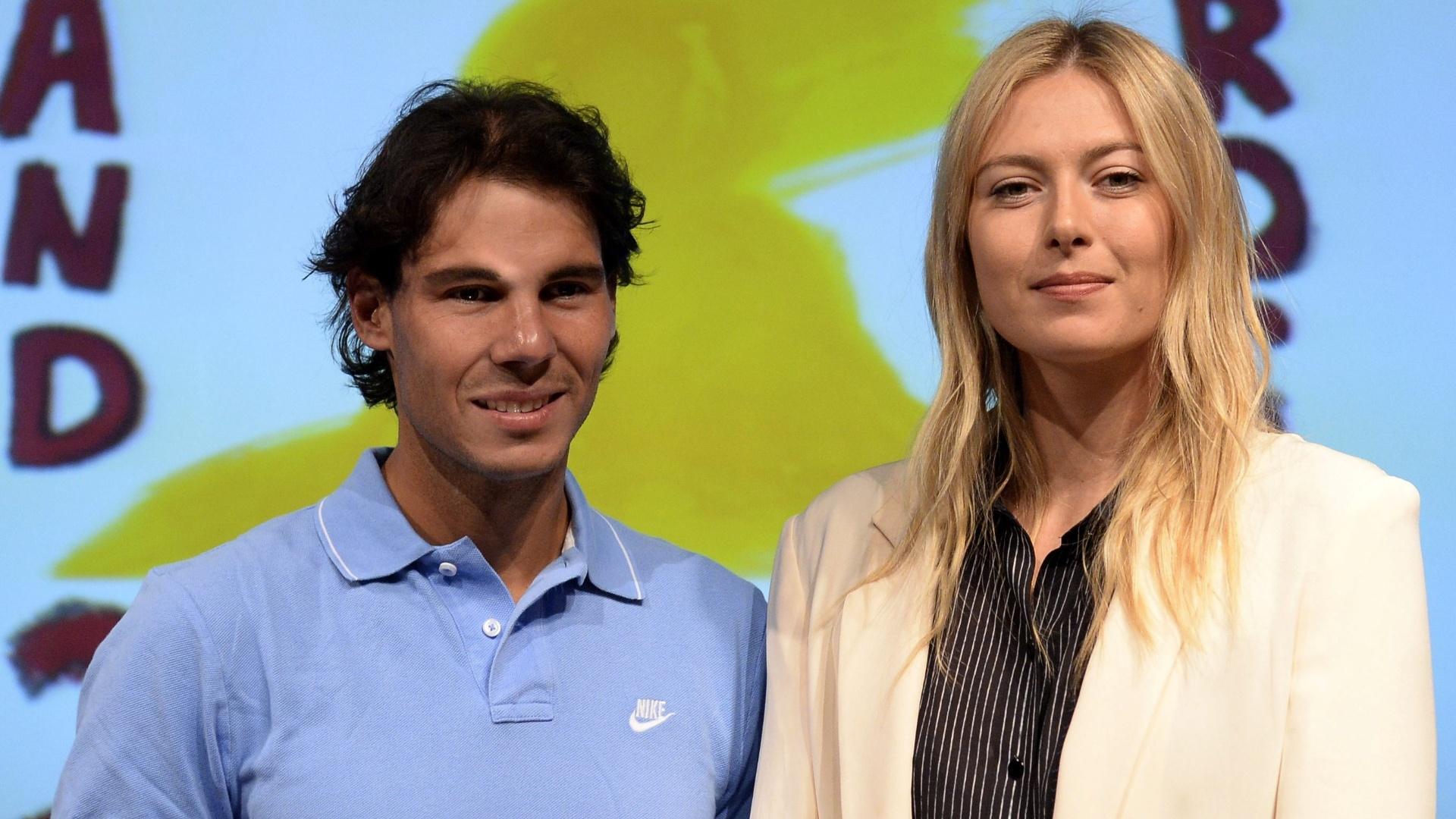 24.mai.2013 - Atuais campeões, Rafael Nadal e Maria Sharapova posam para fotos durante sorteio das chaves de Roland Garros 2013