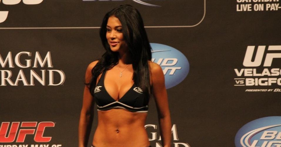 Arianny Celeste exibe boa forma durante a pesagem do UFC 160