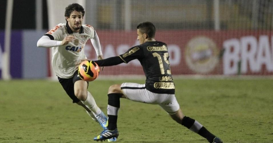 25.mai.2013 - Alexandre Pato tenta a jogada durante empate contra o Botafogo por 1 a 1, no Pacaembu, pelo Campeonato Brasileiro