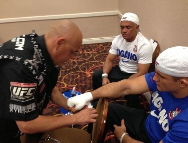 25.mai.2013 - Cigano se prepara antes da luta contra Mark Hunt no UFC 160