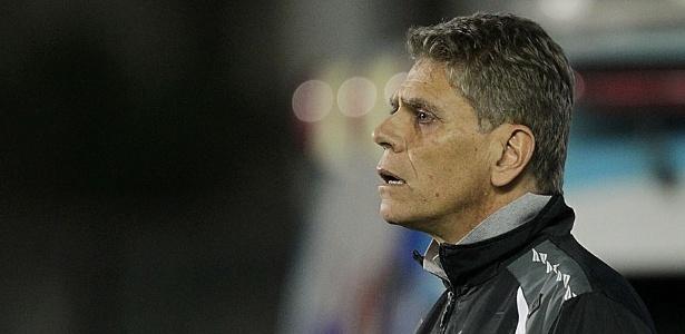 25.mai.2013 - Paulo Autori orienta time do Vasco contra a Portuguesa no Brasileirão