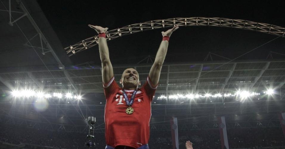 25.mai.2013 - Robben comanda festa da torcida do Bayern depois da vitória sobre o Dortmund