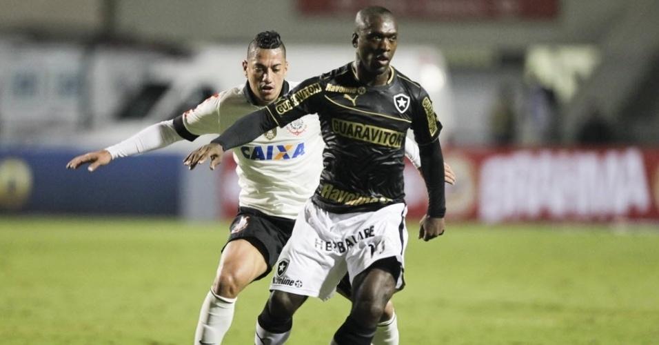 25.mai.2013 - Seedorf controla a bola enquanto é marcado de perto por Ralf, na partida entre Botafogo e Corinthians, pelo Brasileirão