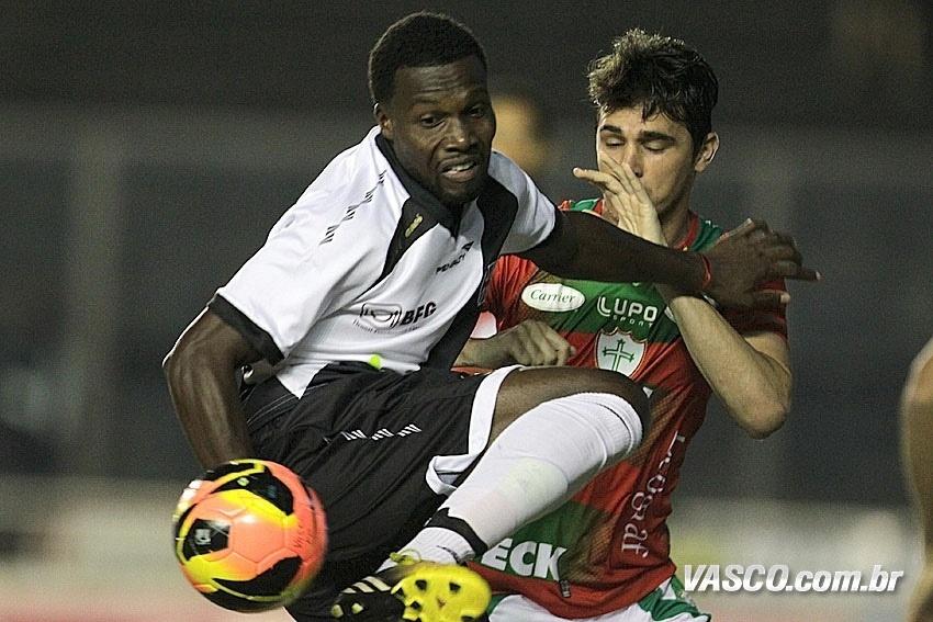 25.mai.2013 - Tenorio, autor do gol do Vasco contra a Portuguesa, domina a bola e é marcado de próximo pelo adversário