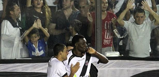 25.mai.2013 - Tenorio comemora gol do Vasco contra a Portuguesa na estreia do Brasileirão