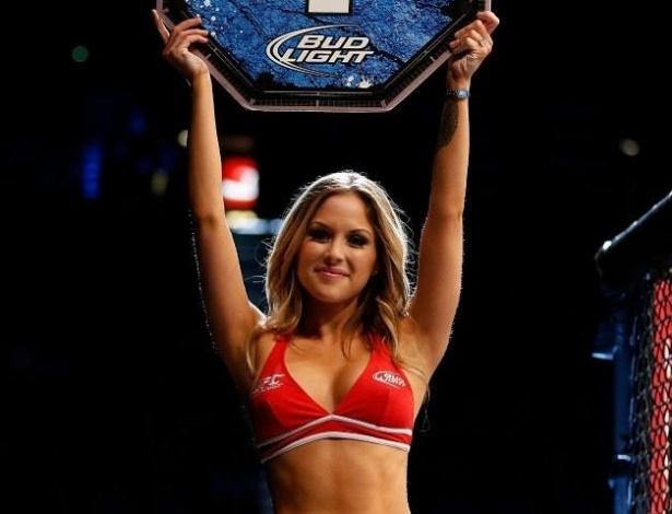 25.mai.2013 - Brittney Palmer mostra a boa forma ao desfilar com a placa no UFC 160