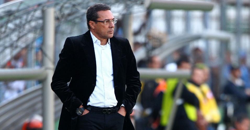 26. Mai 2013 - Vanderlei Luxemburgo acompanha o Grêmio na vitória contra o Náutico