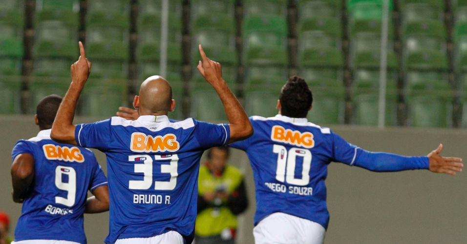 26/05/2013 - Jogadores comemoram gol do Cruzeiro contra o Goiás, na estreia do Brasileiro
