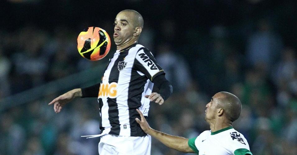 26.mai.2013 - Autor do gol do Atlético-MG, Diego Tardelli é acompanhado de perto por Gil, do Coritiba, na estreia do Brasileirão