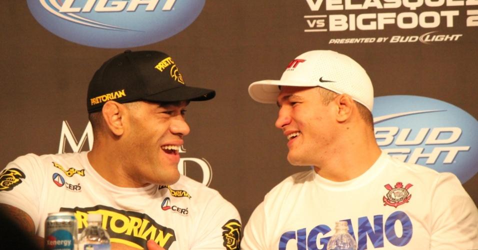 26.mai.2013 - Brasileiros Antonio Pezão e Junior Cigano conversam durante a coletiva de imprensa do UFC 160, em Las Vegas