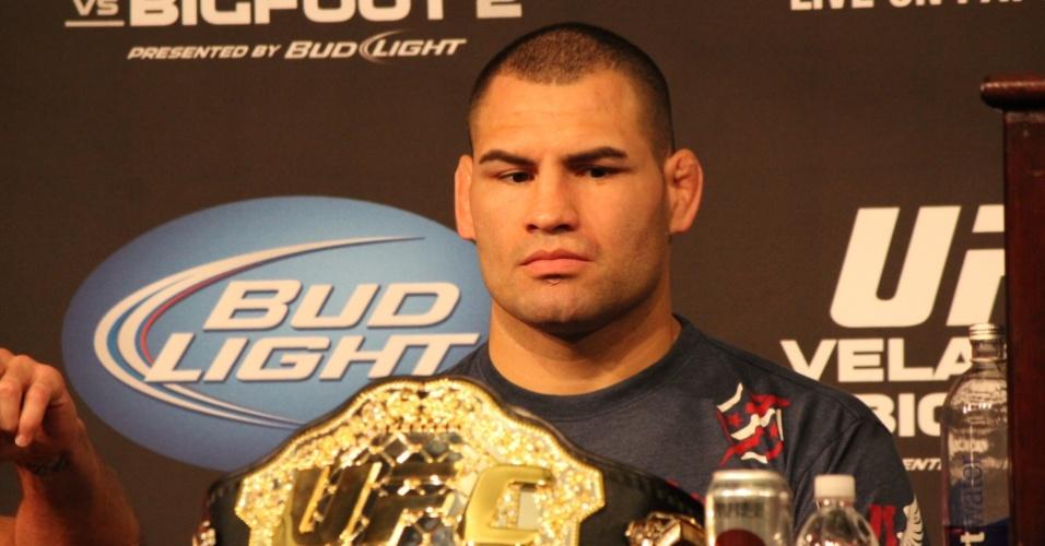 26.mai.2013 - Cain Velásquez, que derrotou o brasileiro Antonio Pezão entre os pesados, observa o cinturão durante a coletiva de imprensa do UFC 160, em Las Vegas