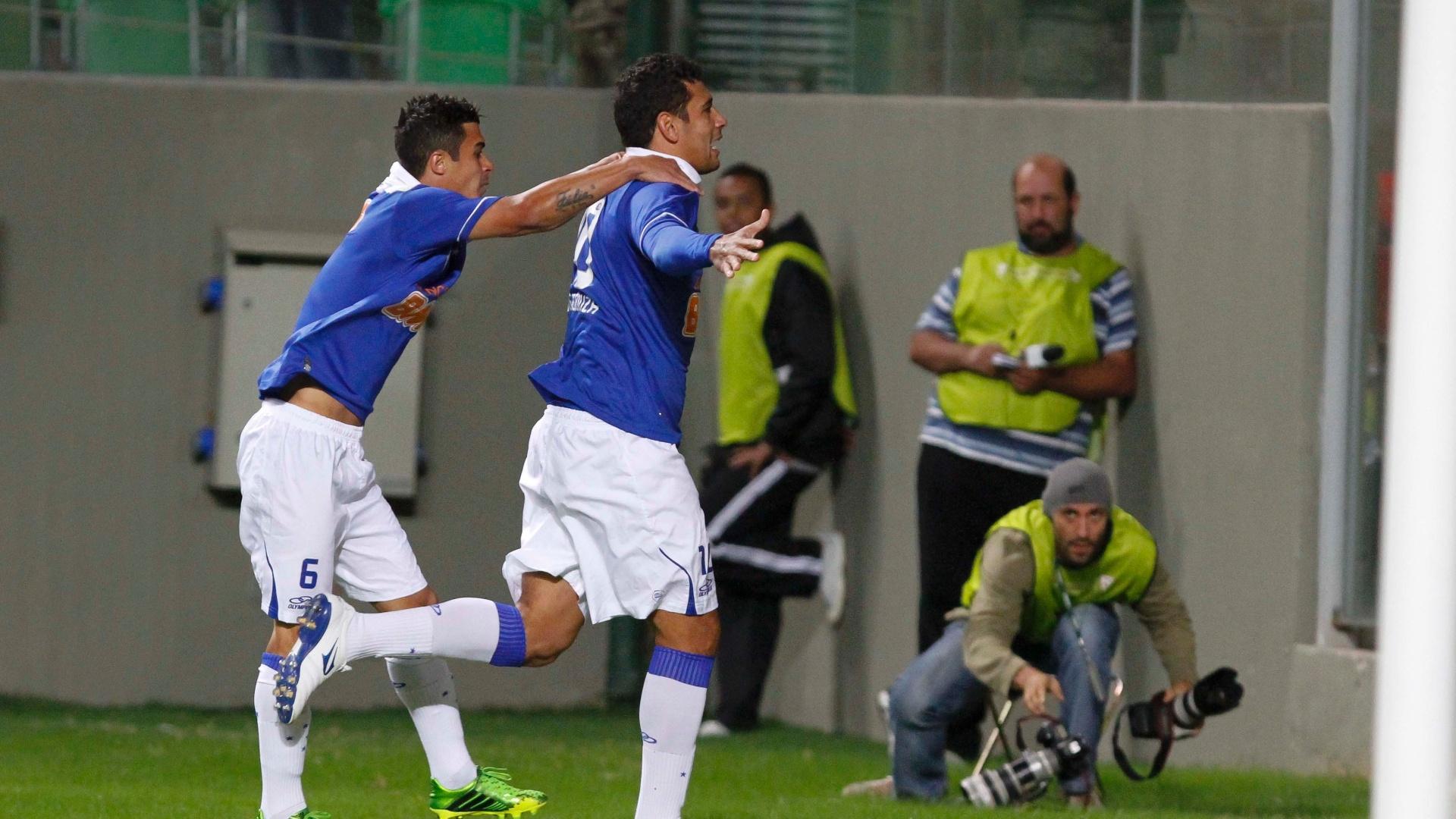 26.mai.2013 - Diego Souza comemora gol do Cruzeiro contra o Goiás pelo Brasileirão