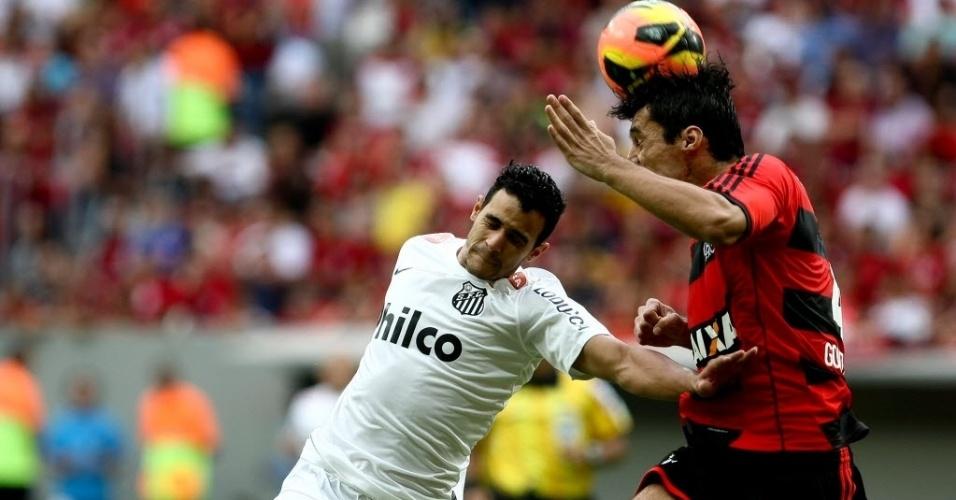 26.mai.2013 - Henrique encara a marcação de Gonzáles na partida entre Flamengo e Santos pelo Brasileirão