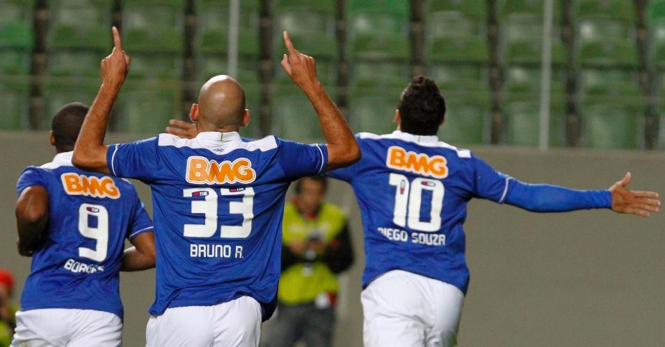 26.mai.2013 - Jogadores do Cruzeiro comemoram gol contra o Goiás pelo Brasileirão
