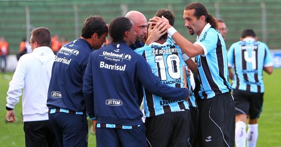 26.mai.2013 - Jogadores do Grêmio comemoram gol de Zé Roberto contra o Náutico pelo Campeonato Brasileiro