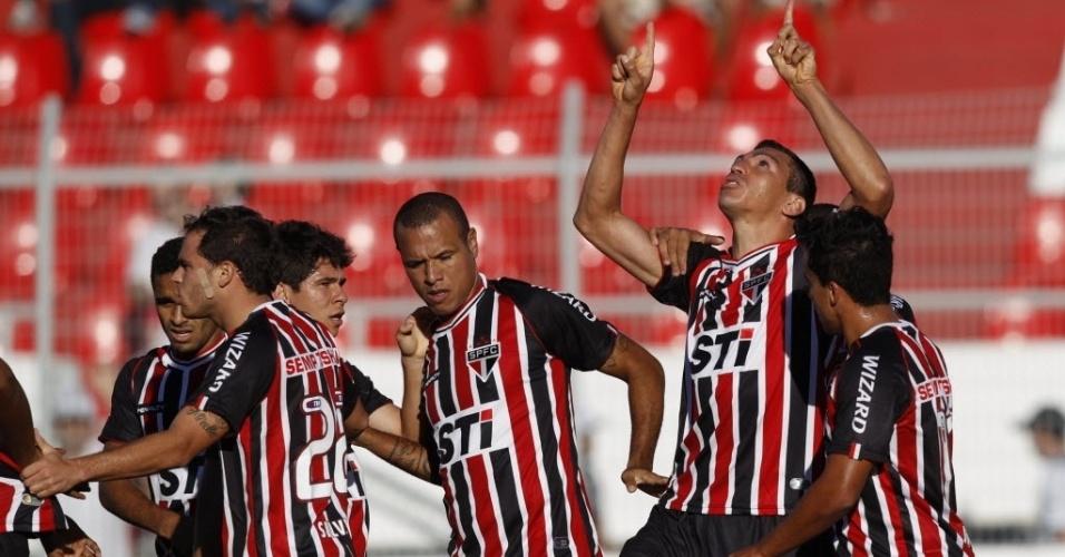 26.mai.2013 - Jogadores do São Paulo comemoram gol contra a Ponte Preta pelo Campeonato Brasileiro