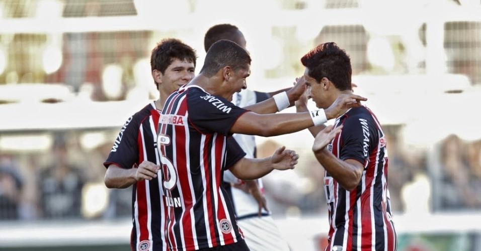 26.mai.2013 - Jogadores do São Paulo comemoram gol de pênalti de Jadson contra a Ponte Preta
