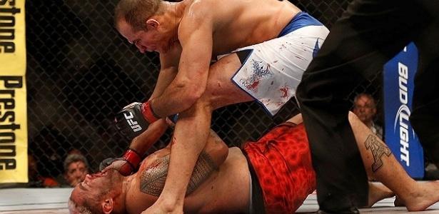 Junior Cigano derrotou Mike Hunt após acertar um chute rodado no adversário