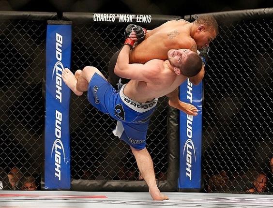 26.mai.2013 - Khabib Nurmagomedov (de calção azul) tenta levar ao chão o adversário Abel Trujillo em luta do UFC 160, em Las Vegas