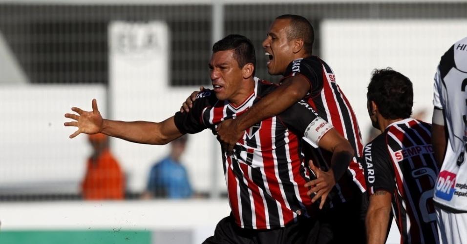 26.mai.2013 - Luis Fabiano abraça Lúcio após gol do zagueiro na partida entre São Paulo e Ponte Preta