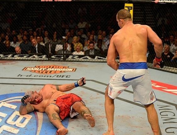 26.mai.2013 - Mike Hunt cai após levar chute na cabeça de Junior Cigano em luta no UFC 160, em Las Vegas