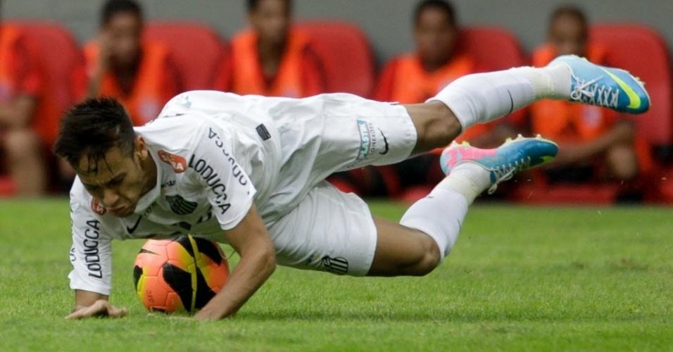26.mai.2013 - Neymar cai no gramado após choque com jogador do Flamengo no jogo do Santos pelo Brasileirão