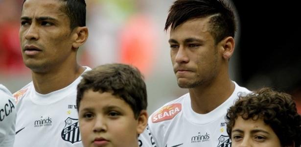 Neymar se emociona ao escutar hino do Brasil antes da partida entre Santos e Flamengo