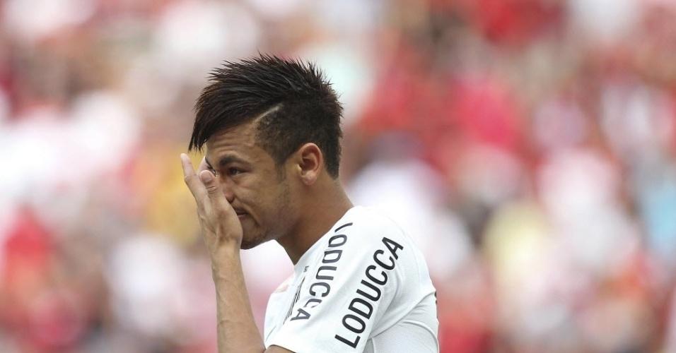 26.mai.2013 - Neymar enxuga as lágrimas na partida entre Santos e Flamengo na inauguração do estádio Mané Garrincha pelo Brasileirão