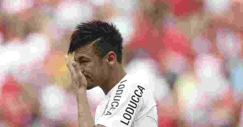 26.mai.2013 - Neymar enxuga as lágrimas na partida entre Santos e Flamengo na inauguração do estádio Mané Garrincha pelo Brasileirão - REUTERS/Ueslei Marcelino