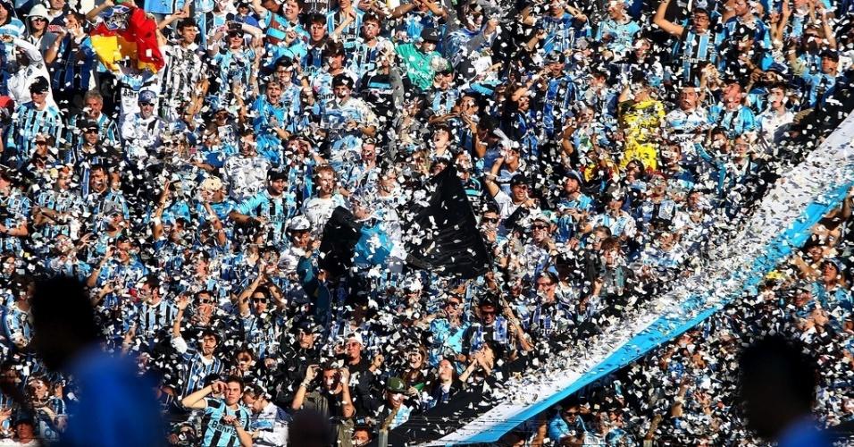 26.mai.2013 - Torcida do Grêmio faz festa na vitória do time sobre o Náutico