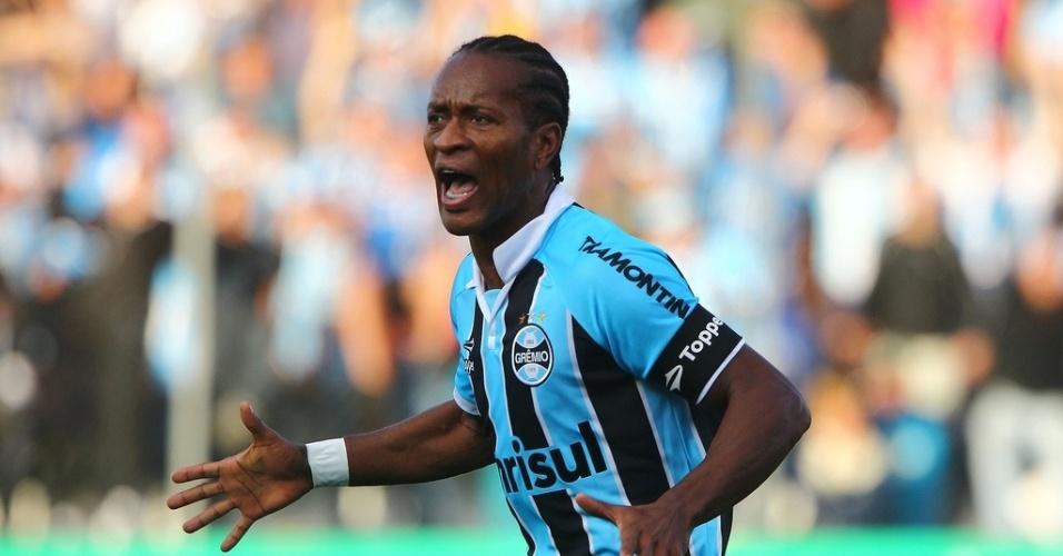 26.mai.2013 - Zé Roberto comemora primeiro gol do Grêmio no Campeonato Brasileiro de 2013 contra o Náutico