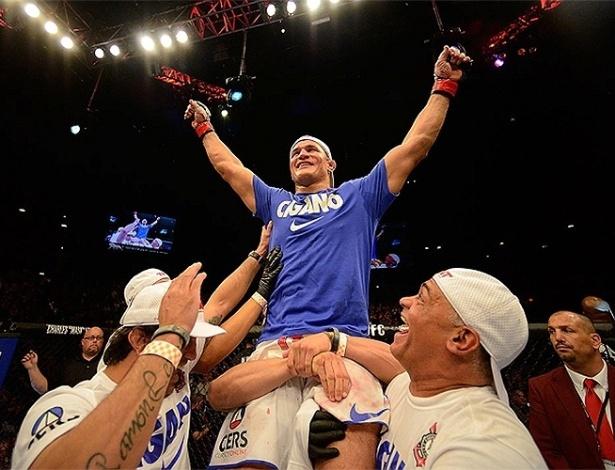 Cigano comemora sua vitória sobre Mark Hunt no UFC 160