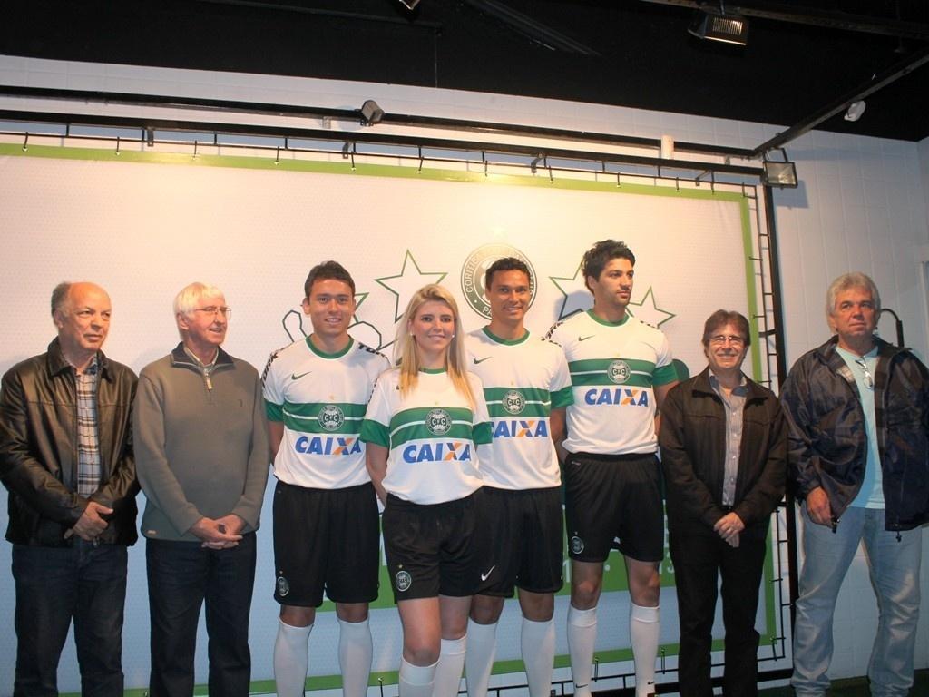 Ex-atletas, atuais jogadores e modelos apresentam novo uniforme do Coritiba