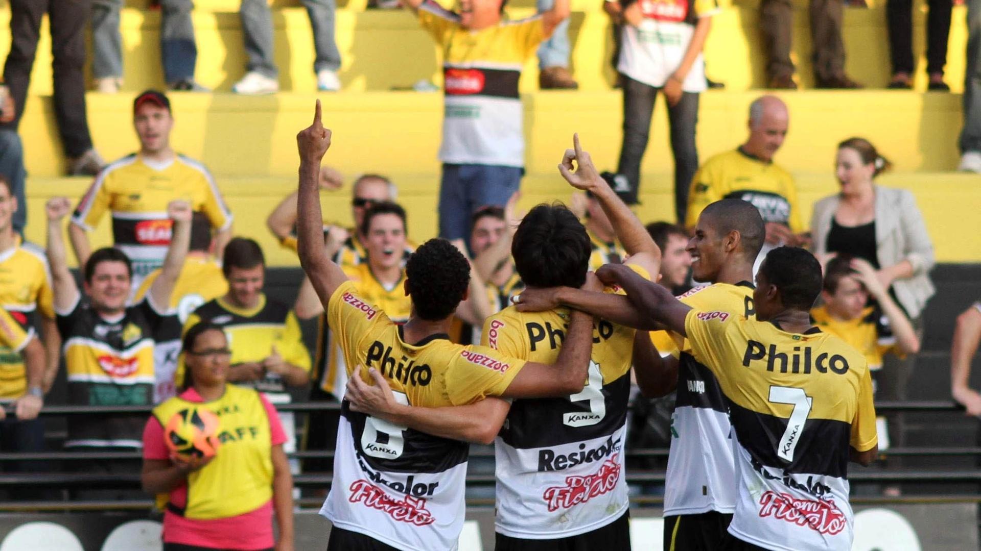 Jogadores do Criciúma comemoram um dos gols na vitória por 3 a 1 sobre o Bahia, na primeira rodada do Campeonato Brasileiro