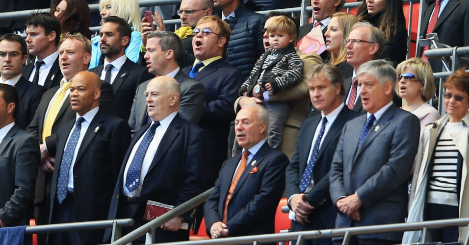 27.mai.2013 - Elton John acompanha a partida entre Crystal Palace e Watford no estádio de Wembley