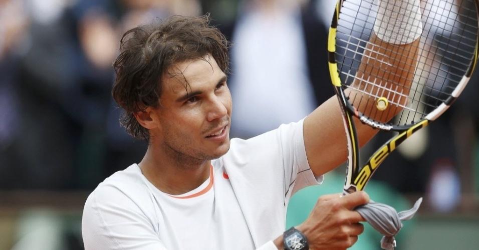 27.mai.2013 - Rafael Nadal aplaude a torcida após vencer Daniel Brands na estreia em Roland Garros