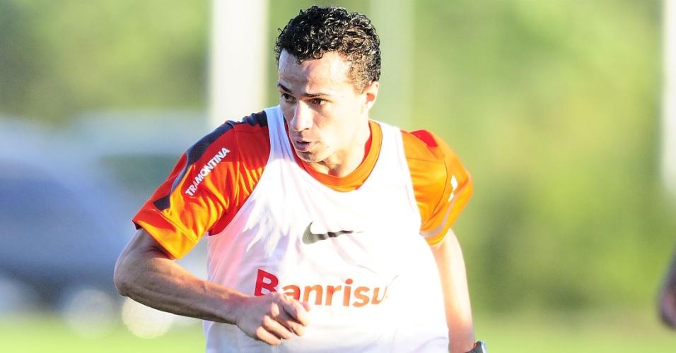 Leandro Damião, recuperado de lesão na coxa direita, treina com bola no Inter (27/05/13)