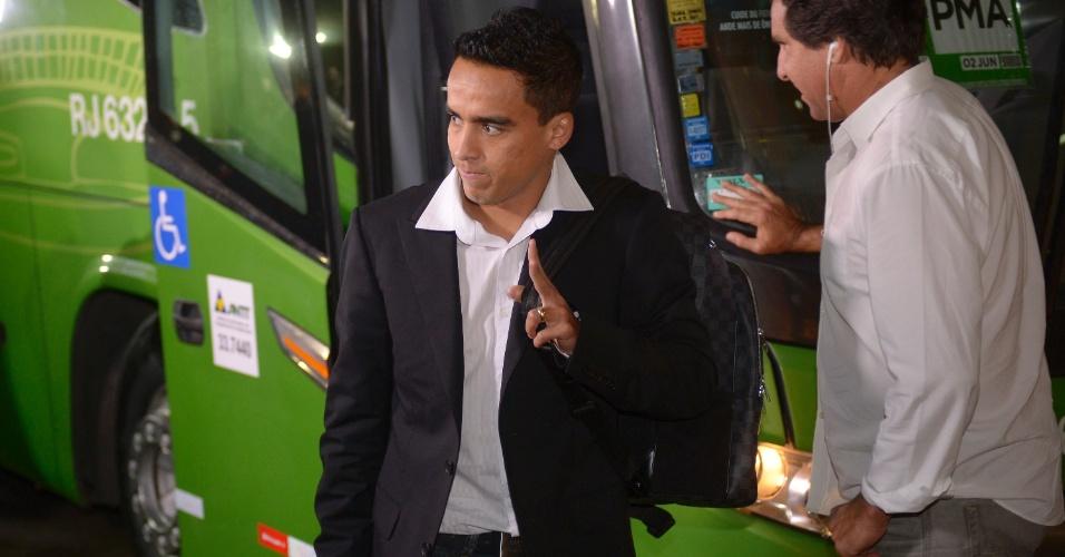 28.05.2013 - Jadson, meia do São Paulo, chega ao hotel onde a seleção brasileira está hospedada, no Rio de Janeiro, com direito a terninho e aceno aos fotógrafos