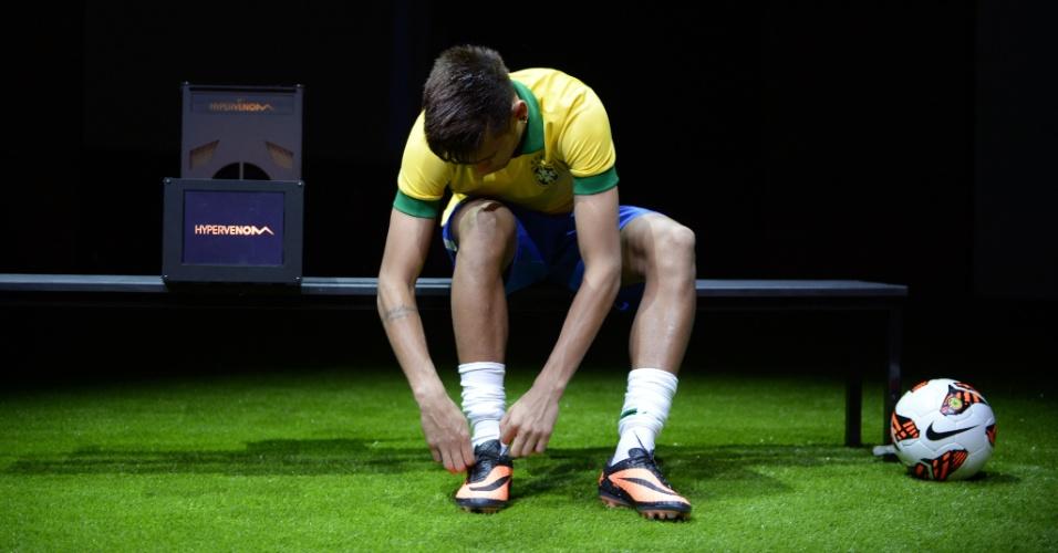 28.05.2013 - Neymar amarra suas chuteiras novas da Nike, apresentadas em um evento para a imprensa no Rio de Janeiro